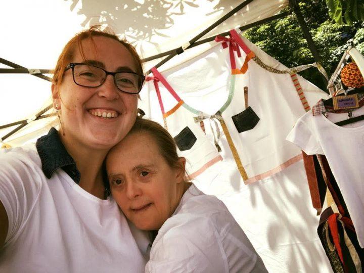 Emprendedores sociales con discapacidad intelectual, miembros de Alenta, participan en la feria Gira de Mercaderes