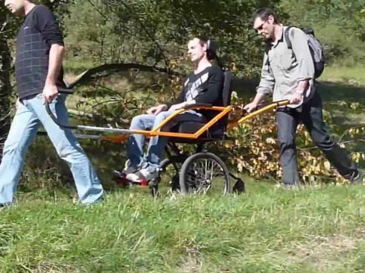 Fundación Renault y Cocemfe, silla adaptada para practicar senderismo
