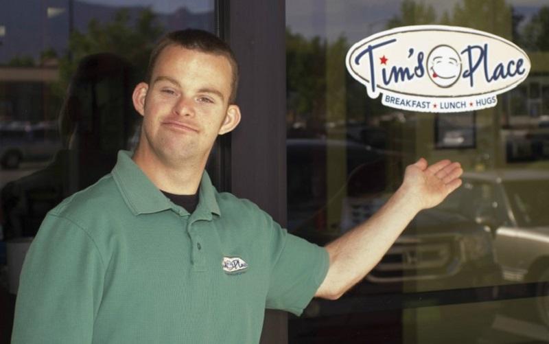 """Tim Harris con Síndrome de Down es dueño del restaurante """"más feliz del mundo"""""""