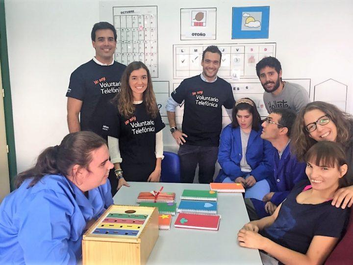 Voluntarios Telefónica junto a jóvenes con discapacidad intelectual de APADIS y ALENTA en el Día Internacional del VoluntarioTelefónica