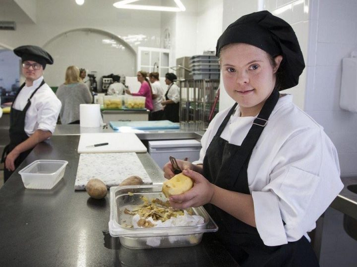 La Fundación cruzcampo forma a personas con discapacidad para atender la demanda de trabajo en la hostelería