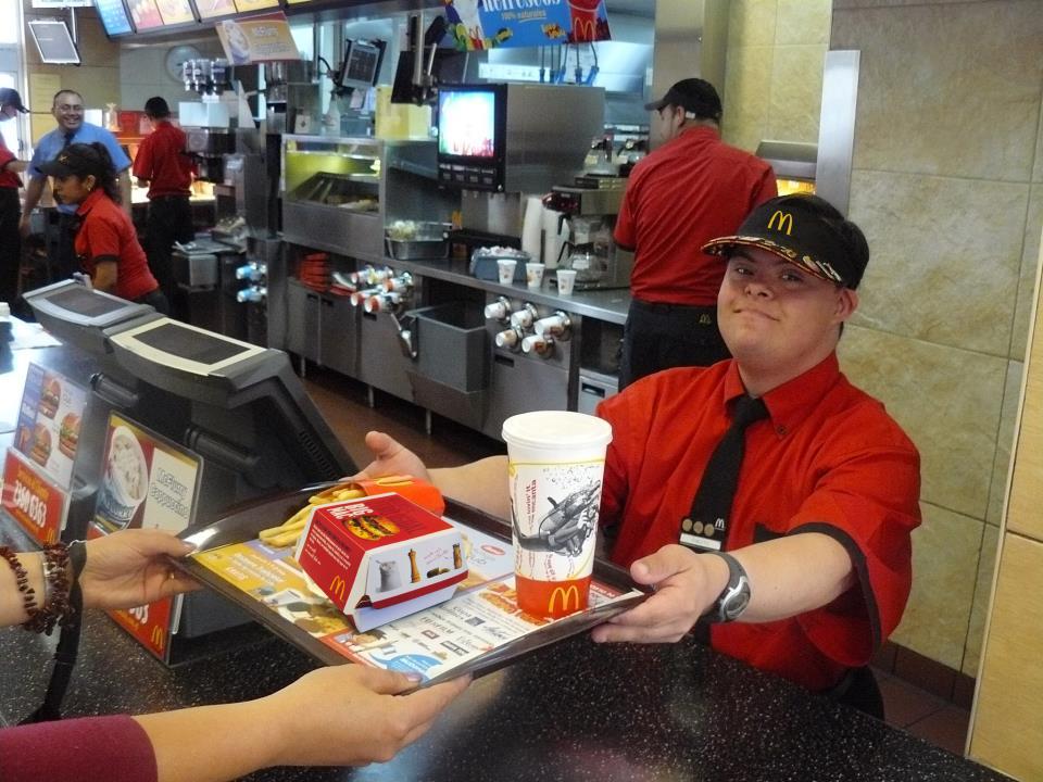 Resultado de imagen para trabajadores discapacitados en mcdonald