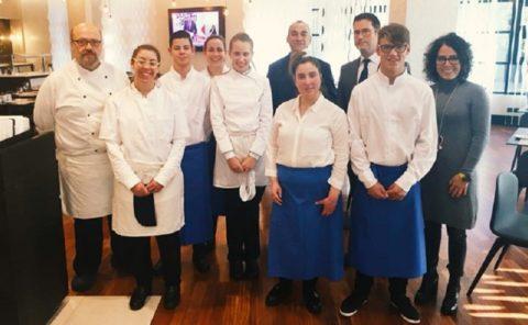 Seis estudiantes con discapacidad intelectual se forman en las cocinas del hotel Ilunion Pío XII en Madrid