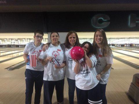 Voluntarios de MetLife juegan a los bolos con Special Olympics
