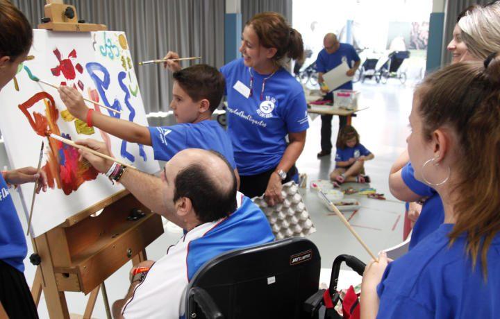 Los voluntarios de Global Omnium participan en un taller de pintura junto a personas con parálisis cerebral de Avapace
