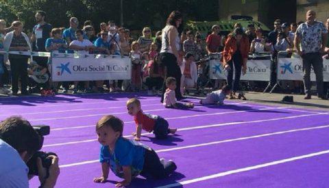 16 bebés participan en la I Carrera de Gateo por el Autismo en Pamplona