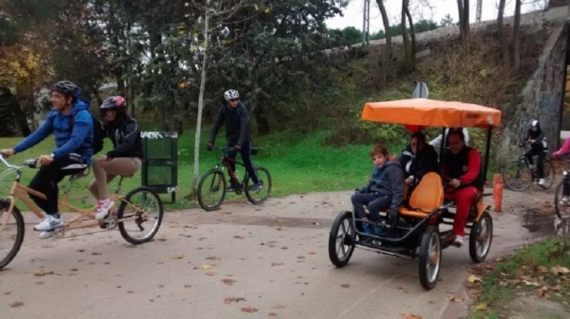 Jóvenes y niños con discapacidad recorren Madrid en bici gracias a Fundación ACS y Fundación Deporte y Desafío