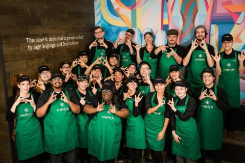 Así es la primera cafeteríaadaptada de Starbucks para personas con discapacidad auditiva