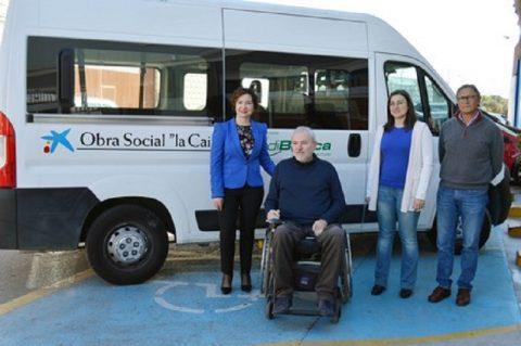 Verdiblanca recibe de La Caixa la furgoneta adaptada para personas con discapacidad