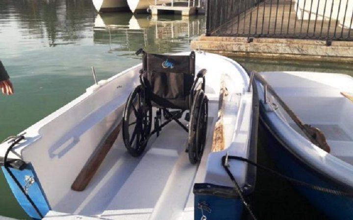 Las sillas de ruedas ya pueden montar en las barcas del Retiro