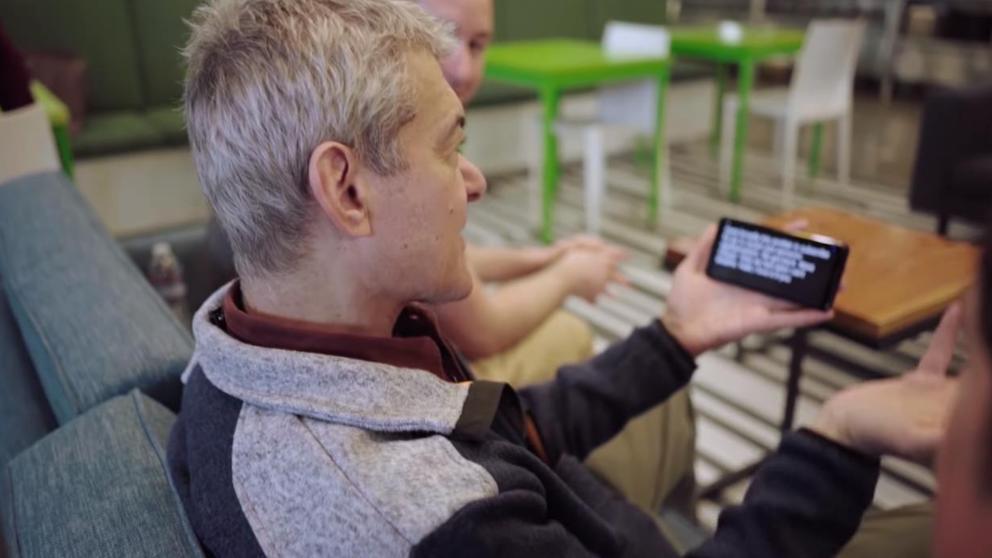 Resultado de imagen para Google elimina las barreras que limitan la comunicación de personas con discapacidad auditiva o del habla