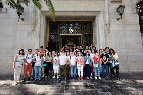 Jóvenes con síndrome de down visitan la sede del Banco de España en Valencia