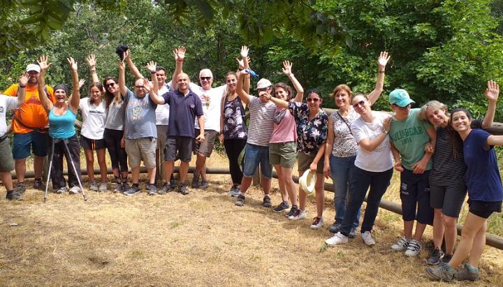 Voluntarios de Ineco participan en una jornada de senderismo con personas con discapacidad