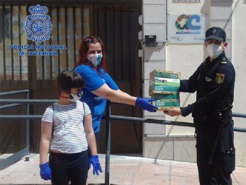 La Policia Nacional colabora con Autismo Ceuta donando 500 pares de guantes
