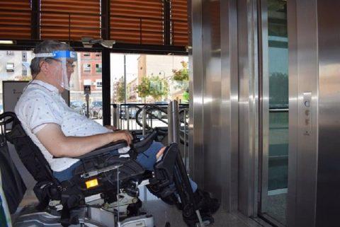 Metrovalencia facilita mandos de los ascensores a las personas con movilidad reducida